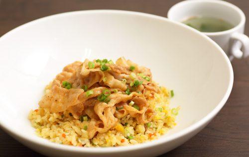 豚辛のせチャーハン (スープ・サラダ付)